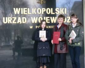 Pani R. Zawada(nauczyciel j. polskiego) z  laureatkami konkursu