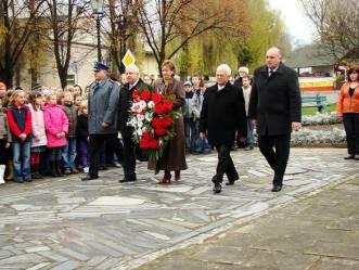 Spotkanie młodzieży i władz samorządowych przy obelisku w hołdzie poległym i pomordowanym w wlce o wolność ojczyzny